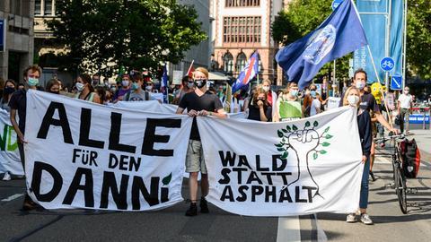 Mit zwei zeitgleichen Kundgebungen vor dem Landtag und dem Verkehrsministerium protestierten Aktivisten gegen den geplanten Weiterbau der A49