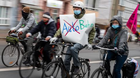 Fahrradfahrer fahren bei einer Demonstration von Umweltschützern und linken Gruppen gegen die Verlängerungen der Berliner Stadtautobahn A100 in Treptow und der A49 in Hessen.
