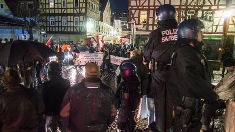 Etwa 150 Anhänger der rechten Szene ziehen durch Büdingen