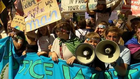 Demonstrierende Schüler mit Megaphon