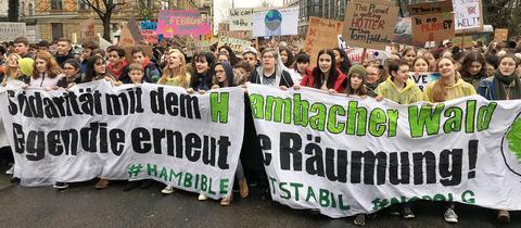 Tausende Schüler trotzen dem Regen beim Friday For Future in Frankfurt.