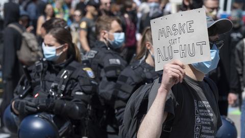 Ein Gegendemonstrant inmitten von Polizisten in Frankfurt