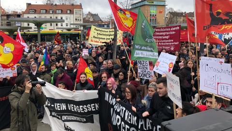 Demonstranten mit Bannern und Fahnen in Hanau