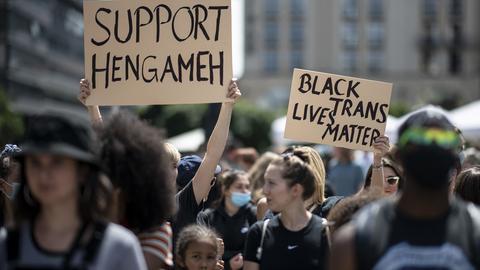 """Demonstranten halten Anfang Juli 2020 in Berlin Solidaritätsschilder hoch für die taz-Journalistin Hengameh Yaghoobifarah, für Transmenschen und für die """"Black Lives Matter""""-Bewegung"""