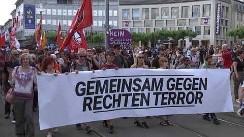 """Menschenmenge mit Transparent """"Gemeinsam gegen Rechten Terror"""""""