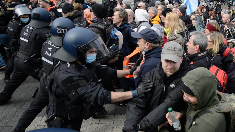 """Polizeikräfte und Demonstranten der Kundgebung """"Freie Bürger Kassel - Grundrechte und Demokratie"""" geraten aneinander."""