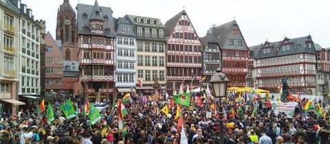 Tausende kurdische Demonstranten am Samstag auf dem Frankfurter Römerberg.