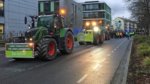Landwirte ziehen mit Traktoren durch Gießen.