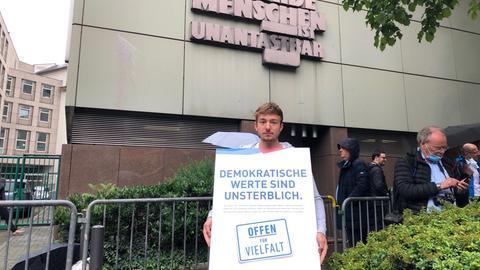 Plakataktion vor dem Gerichtsgebäude in Frankfurt