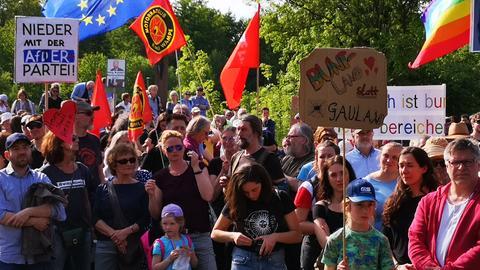 Demonstranten wehren sich gegen eine AfD-Veranstaltung.