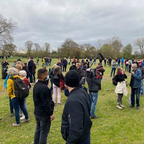 """Circa 200 Menschen der """"Querdenker""""-Bewegung haben sich zu einer Demo im Frankfurter Rebstockpark versammelt."""