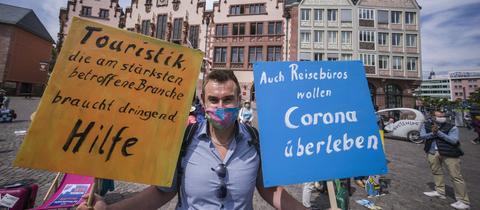 Steffen Korb, Inhaber eines Reisebüros aus Seligenstadt, auf einer Demonstration der Reisebüros-Branche vor dem Frankfurter Römer. Die Demonstranten fordern einen Sonderfonds des Bundes, um die Rückzahlungen für stornierte Reisen abzuwickeln.