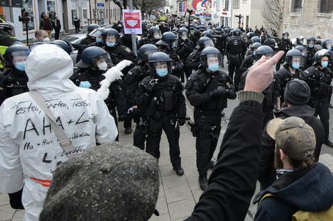 Einsatzkräfte bei der Demo gegen Corona-Maßnahmen in Kassel