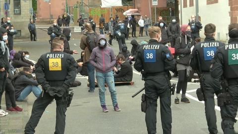 In Frankfurt löste die Polizei eine nicht angemeldete Demo auf.