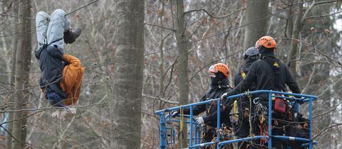 Ein Demonstrant hängt im Dannenröder Forst kopfüber an einer Traverse.