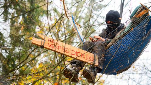 """Demonstrant mit Banner: """"Hallo, Verpiss dich!"""""""