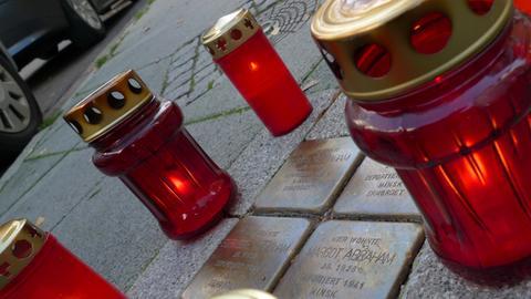 Grablichter um vier Stolpersteine: Die Gedenksteine erinnern an das Schicksal einer jüdischen Familie, die Opfer des Nationalsozialismus wurde.