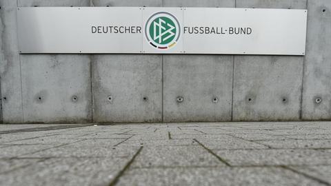 """Schild """"DFB"""" vor der DFB-Zentrale in Frankfurt"""