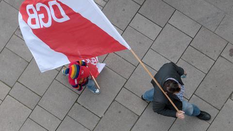 Mann und Kind mit DGB-Fahne