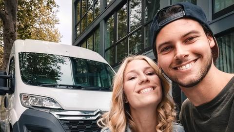 Lisa Lefèvre und Dennis Schell mit ihrem ausgebauten Kleinbus.