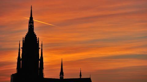 Der Frankfurter Dom vor rot gefärbtem Abendhimmel