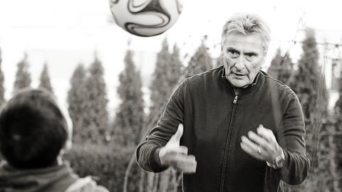 Hat Jan auch schon in ein Fußballcamp eingeladen: Ex-Fußballspieler Dieter Müller