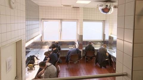 Einblicke in den Druckraum. Sieben Drogensüchtige sitzen in einem Raum mit speziell ausgestatteten Plätzen zur Drogeneinnahme.