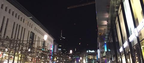 Die Zeil ist beleuchtet, der Commerzbanktower liegt im Dunkeln
