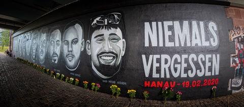 Graffito unter der Frankfurter Friedensbrücke zum Gedenken an die Opfer des Anschlags von Hanau