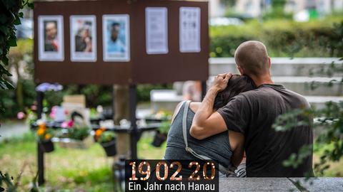 Trauernde über die Opfer des Anschlags auf dem Hauptfriedhof Hanau