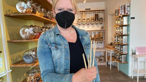 Christina Schwab vom Unverpackt-Laden Die Auffüllerei mit einem Strohhalm