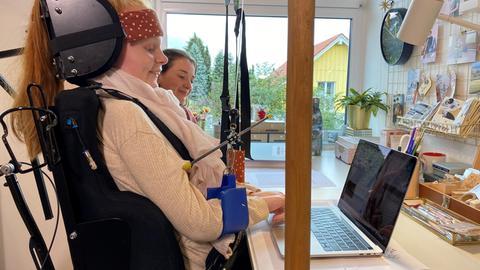 Ella Seibert an ihrem Schreibtisch mit Hilfsmitteln für das Homeschooling