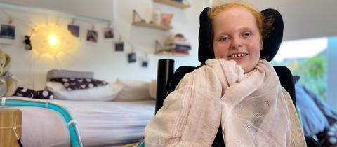 Ella Seibert Zuhause in ihrem Zimmer, sie ist an eine Beatmungsmaschine angeschlossen