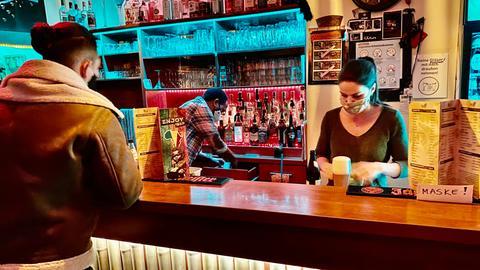 Gast steht am Tresen der Gießener Enjoy-Bar.