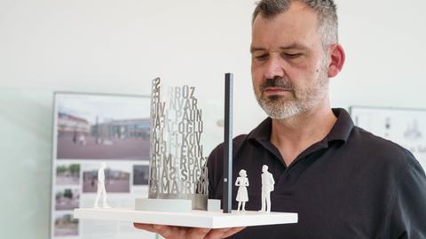 """Der Künstler Heino Hünnerkopf aus Wertheim zeigt bei einer öffentlichen Präsentation sein Modell mit dem Titel """"Einschnitt"""" als einen von fünf Entwürfen für ein Mahnmal, das künftig an die neun Opfer des rassistischen Anschlags in Hanau erinnern soll."""