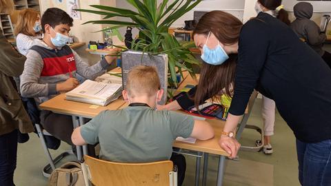 Es ist immer eine Lehrkraft anwesend, die den Kindern hilft.