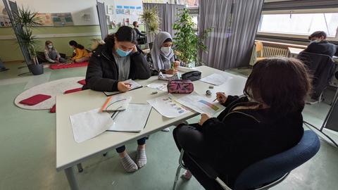 Im Gruppenraum können Schüler und Schülerinnen miteinander lernen und sich austauschen.