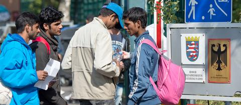 Flüchtlinge vor der Erstaufnahme Gießen