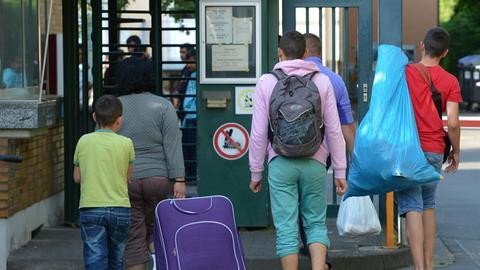 Neu ankommende Flüchtlinge auf dem Weg in eine Erstaufnahmeeinrichtung in Gießen