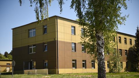 Bild eines braunen Flachdachgebäudes