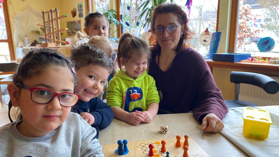 """Abstandhalten unmöglich: Erzieherin Michaela Gringmuth-Endraß mit Kindern in der Kita """"Klecksehaus"""" in Mainhausen"""