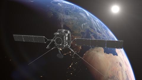 Eine Simulation der Raumsonde Solar Orbiter mit der Erde im Hintergrund.