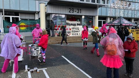 Aktivisten vor dem Bundesamt für Wirtschaft und Ausfuhrkontrolle in Eschborn