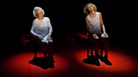Die 93 Jahre alte Éva Pusztai-Fahidi (l.) auf der Bühne.
