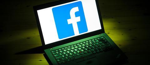 Facebook-Logo auf Computerbildschirm