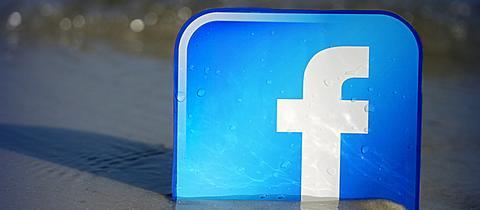 Facebook-Logo in sanften Wellen