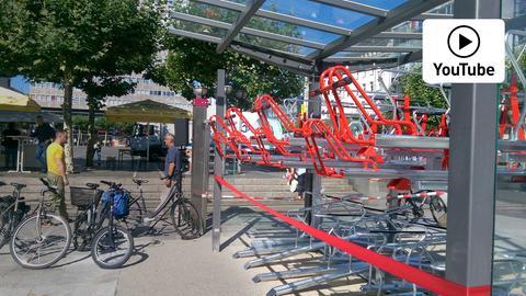 Hier kann man Fahrräder auf zwei Stockwerken parken.
