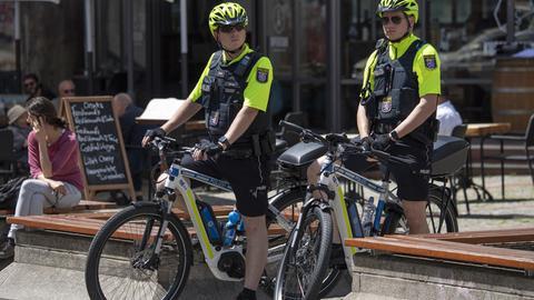 Beamte der Fahrradstaffel der hessischen Polizei warten an der Berger Straße auf Verkehrssünder