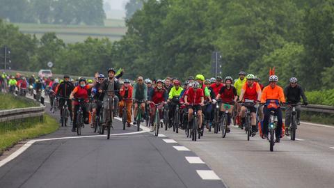 Erst auf die A7 und dann auf die A66: Auf dem Fahrrad demonstrierten bei Fulda Hunderte Menschen gegen Autobahnen.