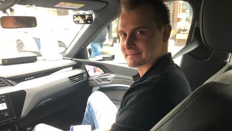 Mann sitzt auf Beifahrersitz im inneren des Autos